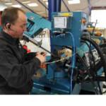 Montage der Minimalmengenschmieranlage am Schaltschrank der Werkzeugmaschine